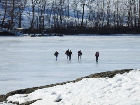 Det var opp mot 15 personer som våget seg ut på isen mellom Nøtterøy og Stokke lørdag.