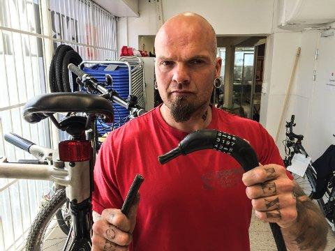 BARNEMAT: En slik lås er enkel å klippe over. – En dårlig forsikring, mener den tidligere sykkeltyven Ray Johannesen. Nå jobber han på sykkelverkstedet til Skaperverkstedet.