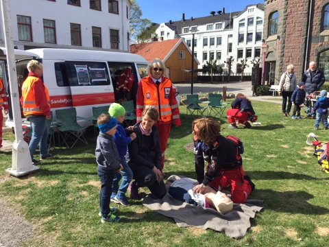 LIVSVIKTIG: Røde Kors lærer bort førstehjelp, noe som kan være livsviktig i en kritisk situasjon.