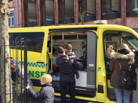 KOMMER: Ambulansen.