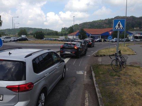 RUNDKJØRINGEN VED HEGNAVEIEN: Trafikken sto stille fra flere retninger søndag. Foto: Paal Even Nygaard