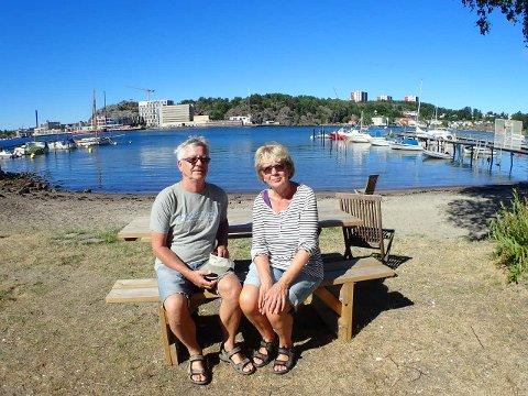 Jan Gunnar Andersen og Inger Nilsen hadde planlagt en dukkert i sommersol på Langestrand. Nå må de lenger ut.