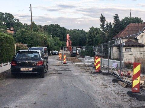 OPPGRADERING: Det er allerede gjort store inngrep i mange av eiendommene i Dølebakken. Nå blir det to uker med fellesferie, før anleggsarbeidene tar til igjen i august.