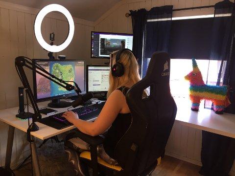 DYRT OPPSETT: Skjermer, lys og mikrofoner koster penger. Dette utstyret har totalt kostet Nora rundt 40.000 kroner.