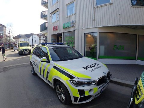 VÆPNET AKSJON: Politiet rykket ut med alle tilgjengelige mannskaper til Aagaards plass i Sandefjord torsdag 12. april. En 45 år gammel mann fra Sandefjord er dømt til tvungent psykisk helsevern for å ha forsøkt å drepe fysioterapeuten sin.