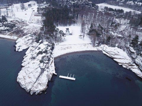FLYTEBRYGGE: Den såkalte bølgebryteren, som er en innretning der båtene kun befinner seg på innsiden, har ligget ute store deler av fjoråret, og ligger der fremdeles.