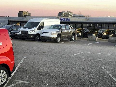 ANNEN BRUK: Denne parkeringsplassen og utstillingsområdet for bruktbiler ønsker Cognia Eiendom å gjøre om til detaljhandel.