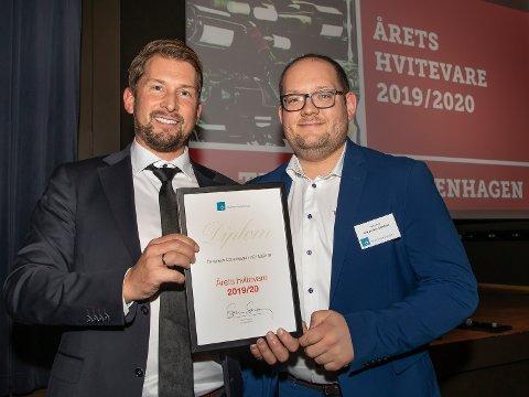 FORNØYD MED PRIS: Daglig leder Christoffer Hamer (til venstre) og operativ driftssjef Erik Joachim Galleberg som mottar prisen.
