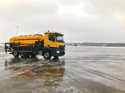 VIL SIKRE FULL DRIFT: Sandefjord lufthavn Torp har anskaffet ny bil for å spre avisningsvæske på rullebanen.