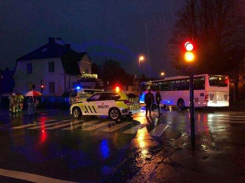 DØDE ETTER PÅKJØRSEL: En eldre kvinne døde etter at hun ble påkjørt av en buss i november 2019. Nå er det tatt ut tiltale mot bussjåføren. Dette bildet er tatt like etter ulykken.