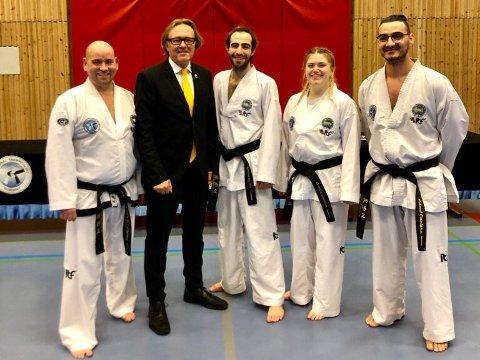 Fra venstre, 2.Dan Ernst W. Erdmann, 8.Dan Master Garnæs, 1.Dan Qasem Alzeer, 1.Dan Camilla Svendsen og 1.Dan Mehmed Omerinovic