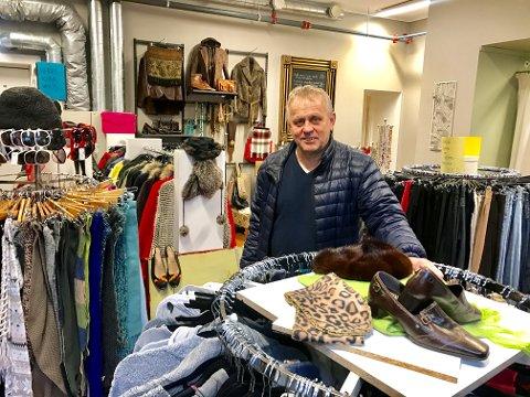 GJENBRUK: Sigurd Bylund åpner enda en butikk med brukte kvalitetsklær. Inntektene fra salget går til å drifte Mjølløst gård, som er et tilbud til vanskeligstillte.