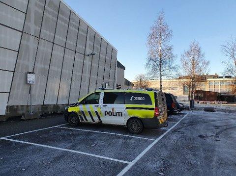 INNBRUDD: Vaktmesteren ved SVGS oppdaget fredag 27. desember at det hadde vært innbrudd i idrettshallen. Nå opplyser politiet at de har en mistenkt i saken.