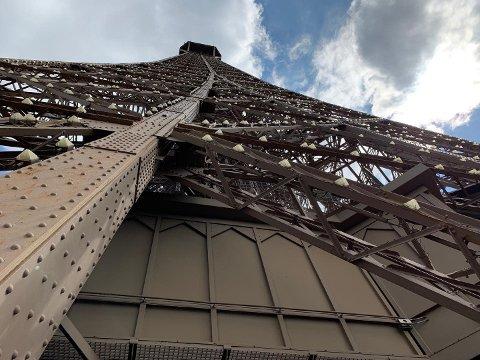 324 METER: Eiffeltårnet er bygget av 7.000 tonn smijern. Ifølge wikipedia.no krever vedlikeholdet av tårnet 50 tonn mørk, brun maling hvert syvende år.