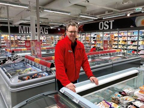NY FRESH BUTIKK: Espen Kjærland, butikksjef i Extra Framnes ansetter flere medarbeidere og tilbyr sine kunder 2.000 flere varer.