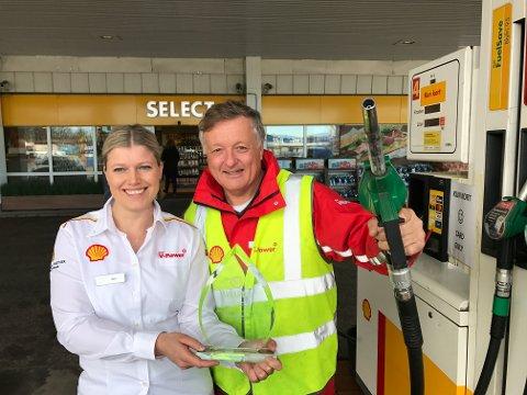 SOLGTE MEST: Hans Petter Lorentzen (61) og Eline Reiten (34) på Shell Fokserød kan smykke seg med tittelen årets stasjon i Shell-kjeden.