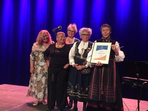 Fra venstre: Ina Marie Hagen, Jorunn Moe, Evy Kruse, og Tove Kiær mottar prisen fra Oddveig Stevning