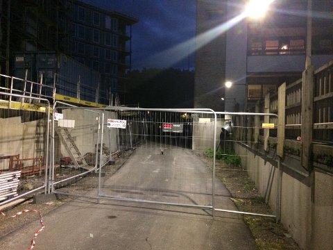 STENGT: Tidligere kunne du gå videre på denne gangveien, men nå er det helt stengt.