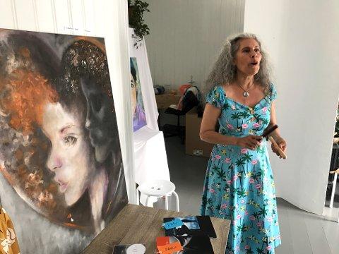 SANG OG KUNST: Sanger og skuespiller Marie Satyami Vik sang improvisasjoner til noen av Anita Mirics malerier lørdag.