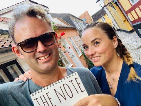 DUO: Dan Riis og Jeanette Danielsen gjester The Note på fredag. De skal servere og tolke en dose køntriklassikere og hylle kjærligheten og livet.