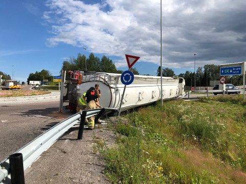 Mandag ettermiddag veltet en tankbil med en last verdt 500.000 kroner i Natvallkrysset