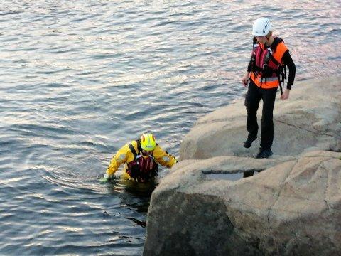 OVERFLATESVØMMERE: Røde Kors har kurset personell som overflatesvømmer, dette var også innlagt i øvelsen.