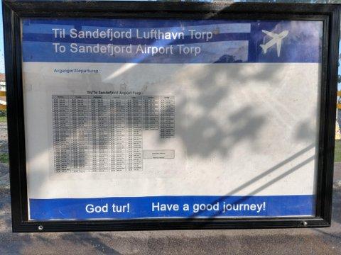 NY PLAKAT: På fredag ble det satt opp nye informasjonsplakater på hussholdeplassen som frakter passasjerer til Sandefjord Lufthavn Torp.