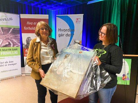 PRISVINNER: Elsa Adler fikk utdelt Åpenhetsprisen av Frøydis Tveita fra Sandefjord kommune.