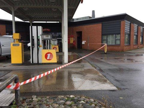 IKKE TILGJENGELIG: Du kommer ikke til pumpene med bensin og diesel tirsdag. Stasjonen ved Hasle er stengt av. FOTO: Vibeke Bjerkaas