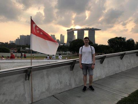 LANGT «HJEMMEFRA»: Christopher Lawrence Dahl Skelton (24) fra Sandefjord bor for tiden i Singapore. Koronasituasjonen gjør at han ikke kommer på besøk til hjembyen med det første, heller ikke til jul.