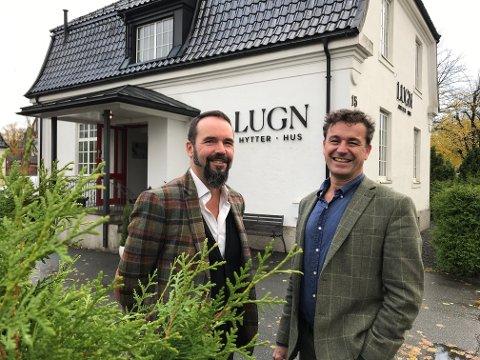 LUGNE HYTTER: Daglig leder Kenneth Fredriksen og prosjektsjef Knut Håkon Frølich har omsatt hytter for 30 millioner i 2020. Her utenfor kontorene i Dronningens gate.