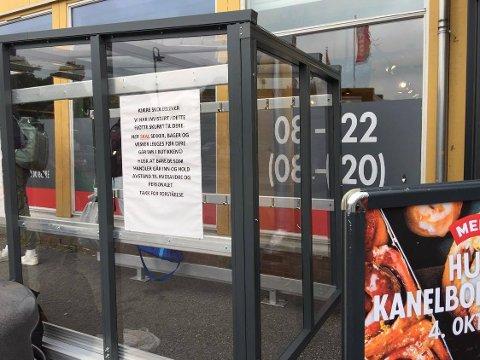 KJÆRE SKOLEELEVER: Her skal sekker, bager og vesker legges før dere går inn i butikken (smilefjes), står det på informasjonen som henger på det nye skuret. FOTO: Vibeke Bjerkaas