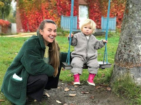 DRØMMEBOLIG: Ane og Vilja Granli har funnet seg drømmestedet for kunstutfoldelse sammen med sin mann Kim på Fossnes.