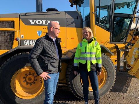 SER HVA SOM SKJER: Salgssjef i GSGroup Morgan Kittilsenog arbeidsleder, teknisk drift i Tønsberg kommune, Eirunn Haugstad samarbeider om en mer effektiv snørydding.