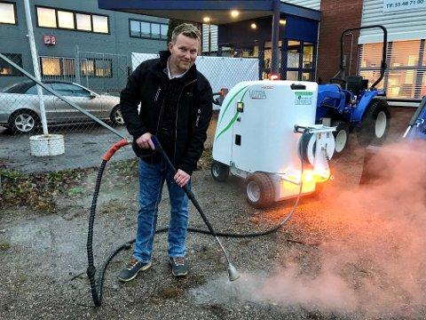 DREPER MILJØVENNLIG: Anlegg og Miljøservice er de første i Norge som selger ugressbekjempelses maskiner som går på el drift. Dette er fremtiden mener Dag Erland Aarøe.