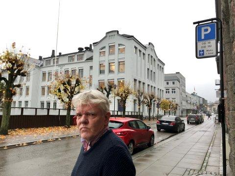 URETTFERDIG: Frode Rustøy ved Byskolen mener det er urimelig at man må skaffe seg elbil for å få parkert gratis. Skolen har null parkeringsplasser til de ansatte.