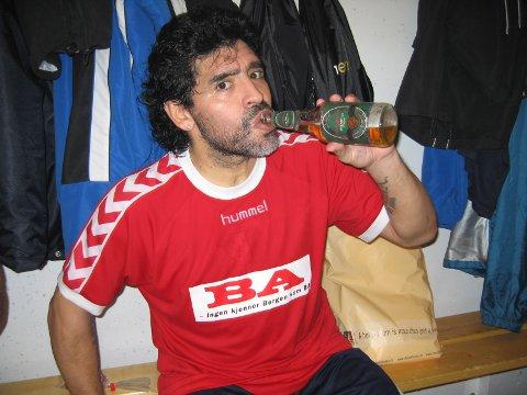 GRANS: I 2006 var Diego Armando Maradona en tur i Bergen. Han var tørst og Edvard Gran ordnet opp og fikk levert noen kasser med Grans Premium Pils til sin store helt.