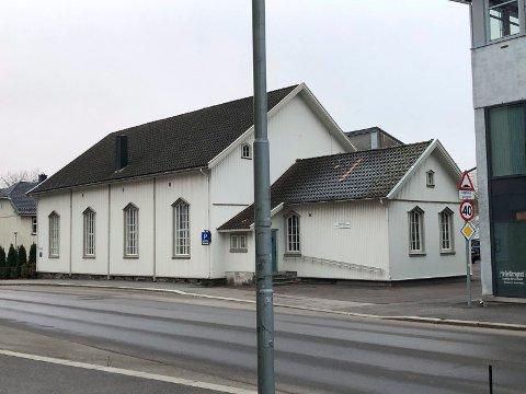 RÅDHUSGATA 5: Bedehuset til Sandefjord Eldre Indremisjon ble oppført i 1878, og er renovert og oppgradert flere ganger. T.h. det tidligere avishuset til Sandefjords Blad som er lagt ut for salg.