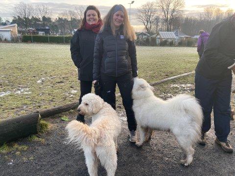 HUNDER: Elisabeth Evensen og Christine Rise fra Sandefjord hundepark er glade for å endelig ha tilgang til hundeparken på heltid.