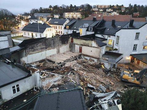 SKRIVER HISTORIE: Deler av bygningsmassen i bakgården til Baker Ivar Halvorsen ved Chr. Hvidts Plass er revet. Resten tas i 2021.