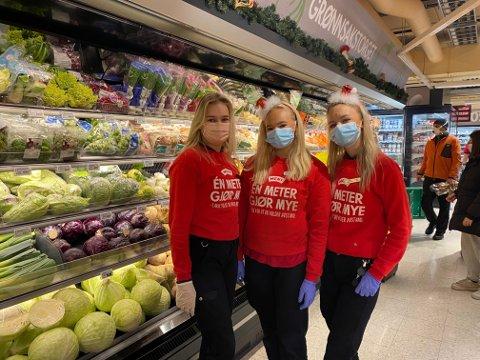 FRUKTAVDELINGEN: Lørdag merker Henny Langabø, Lisa Sivertsen og Sarah Becker at julehandelen har startet smått i fruktavdelingen.