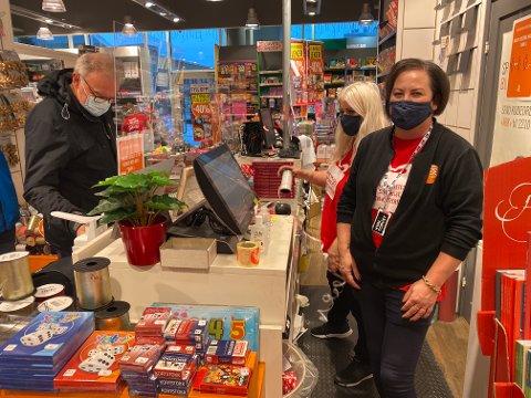 BOKHANDLER: Daglig leder i Ark bokhandel på Hvaltorvet, Siv Jønsson bruker selv munn bind og har utstyrt alle sine ansatte med munnbind når de er på jobb. I bakgrunn ekspederer Ellen Haugan-Bruun kunden Sjur Hallan som er ute for å kjøpe julegaver.