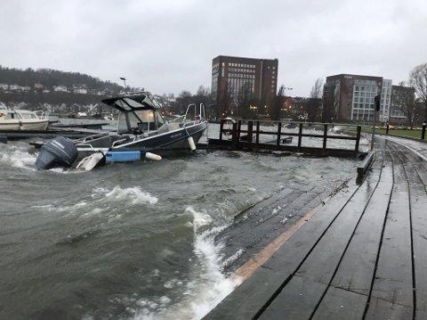 VANN: Denne båten til Sandefjord havnevesen sank delvis etter å ha blitt fylt med vann på søndag kveld.