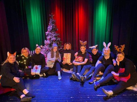 BARNETEATER: Store deler av klassen fra skuespillerlinja ved Sandefjord folkehøyskole (FHS) skal underholde med «Små julehistorier» ved Sandefjord bibliotek lørdag 5. desember klokken 13.00. FOTO: Sandefjord FHS