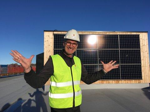 FORNØYD: MDGs Harald Mosvil poserer foran solcelleanlegget ved Horten vgs. Nå håper han at han snart kan gjøre det samme ved Sandefjord vgs.
