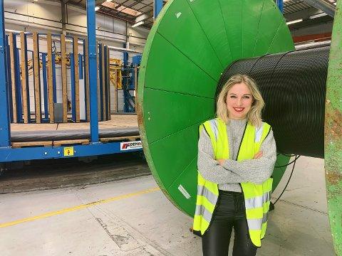 NY JOBB: Silje Sandbukt Simonsen (35) pendler fra Sandefjord til Drammen hver dag, for sin nye jobb som HR Plant Manager hos kabelselskapet Prysmian Group AS. Her står hun foran en kabeltrommel på fabrikken til selskapet.