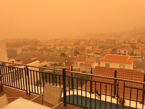 SANDSTORM: Slik var utsikten fra leilighetskomplekset til Thomas Wonsild Lund og Karianne Kristiansen Lund på Gran Canaria under sandstormen.