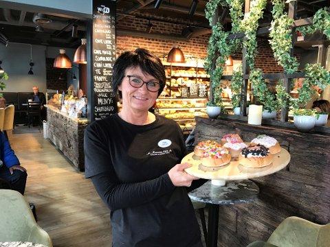 STERK VEKST: Hilde Marcussen er daglig leder på bakeriutsalget M. Marcussen Eftf AS på Aagaards Plass. Kundene strømmer til det nyoppussede utsalget.