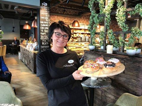 STERK VEKST: Hilde Marcussen er daglig leder på bakeriutsalget M. Marcussen Eftf AS på Aagaards Plass. Nå skal de holde åpent på søndager.