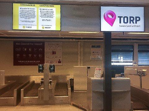 TYDELIG: Terminalområdet på Torp Sandefjord lufthavn bærer preg av koronakrisen. Informasjonen er tydelig for de få som i disse dager benytter flyplassen.